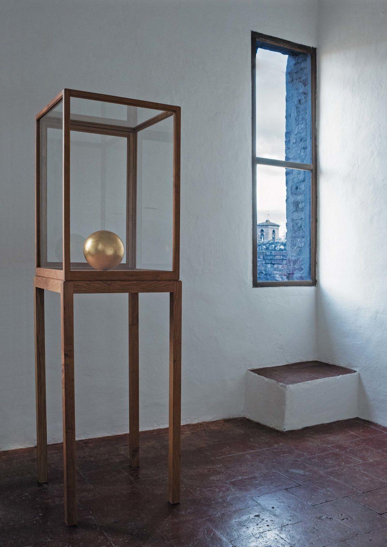 Maurizio Nannucci featuring James Lee Byars: IS' opera di James Lee Byars in gesso e foglia d'oro, teca in legno di ciliegio e vetro.