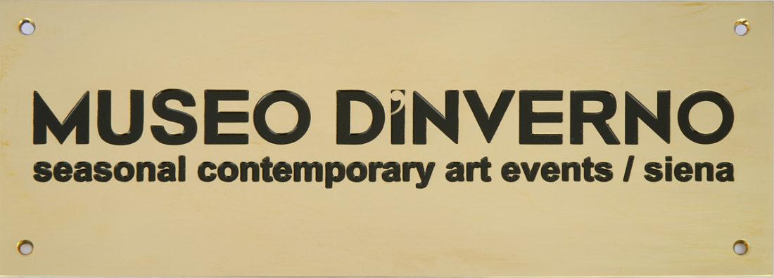 Maurizio Nannucci, targa in ottone del Museo, Multiplo nove esemplari (fronte)